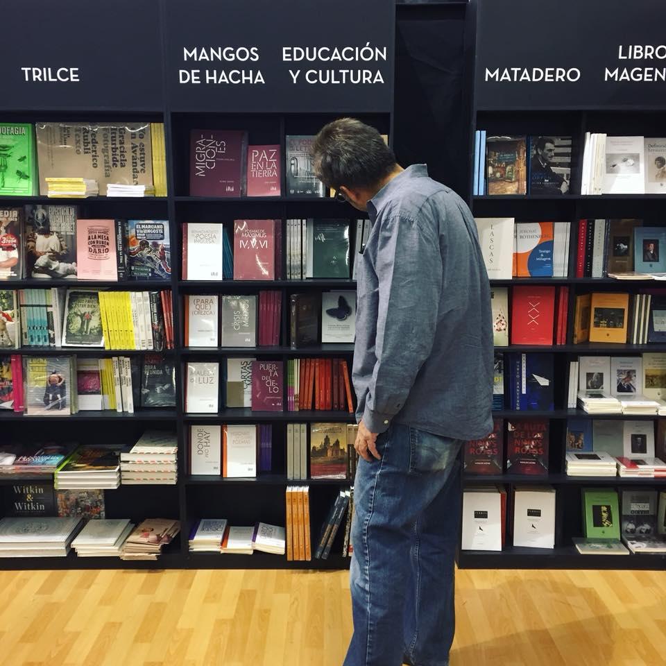 Bibliotecario escogiendo libros EyC en FIL