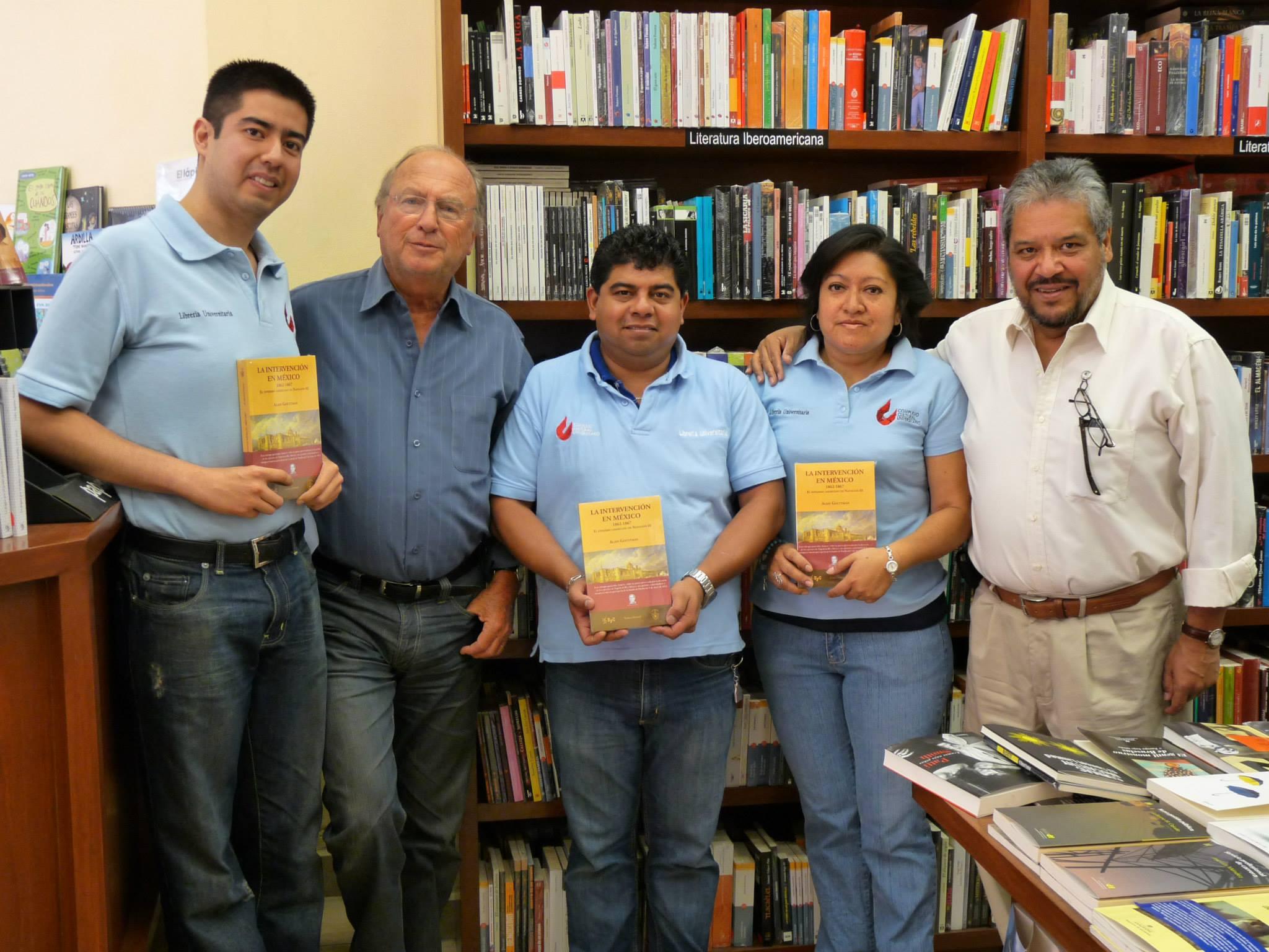 Foto de director con libreros BUAP